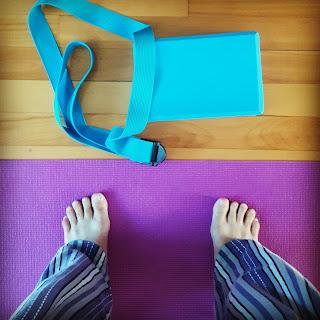 tapis de yoga, sangle, bloc, pieds de yogi