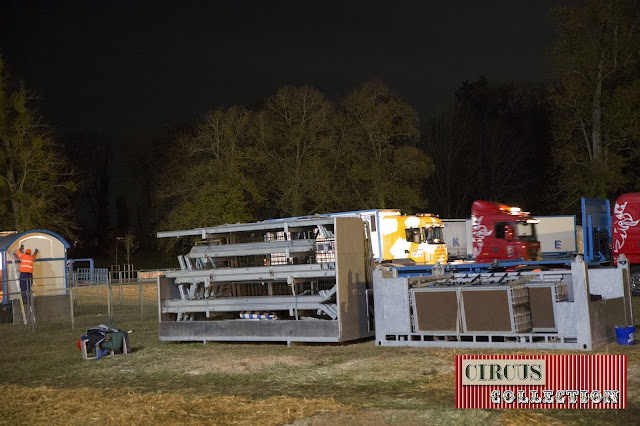 les structures de la tente écurie des chevaux est chargée dans des caisse métallique
