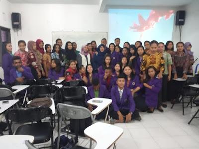 Mahasiswa PGSD saat foto bersama dengan pemateri