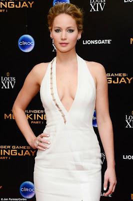 خطأ في فستان جنيفر لورانس يظهر أجزاء من صدرها خلال حفلة العرض لفيلم Hunger Games