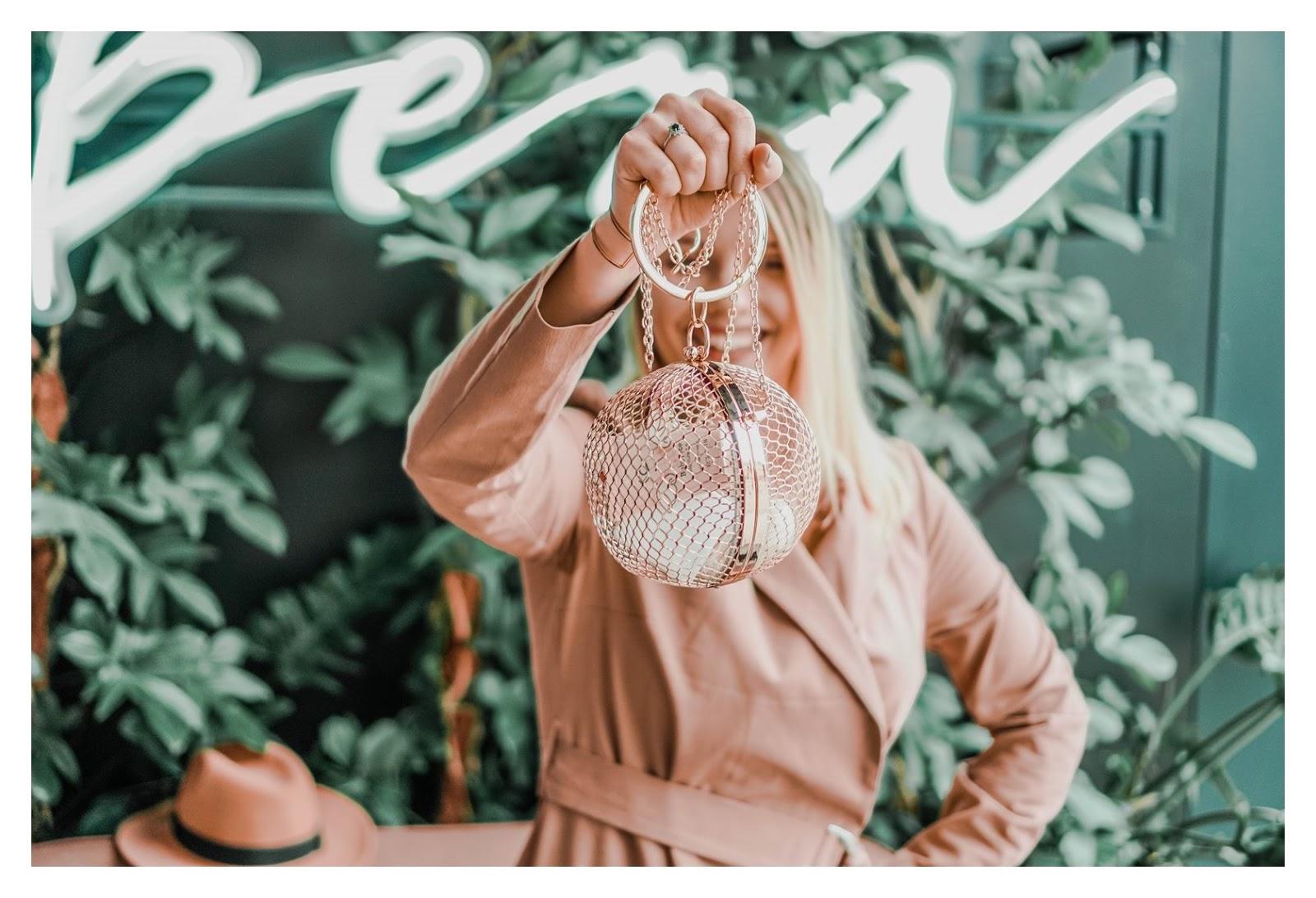 6 nakd sukienka julia wieniawa kolekcja ubrań cena gdzie kupić sukienka trendy na wiosnę 2019 sukienka o kroju płaszcza jak nosić kapelusz złota biżuteria apart torebka asos outlet satisfashion ocena jakość opinie łódź