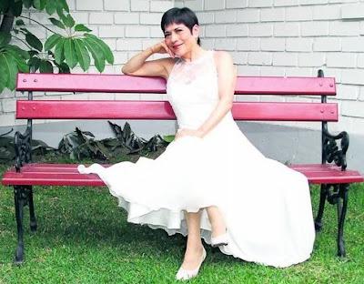 Foto de Cecilia Barraza sentada en banca