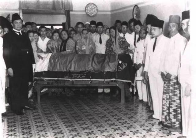 Dr. Marzoeki Mahdi saat melayat ke pemakaman M.H Thamrin ( 1941)