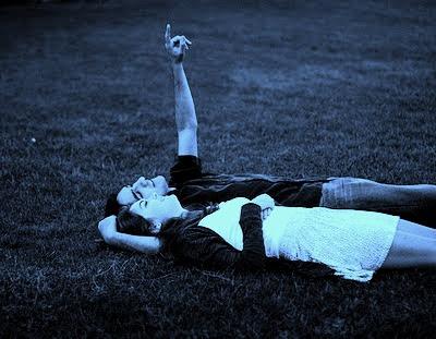 Resultado de imagem para casal deitado a ver as estrelas