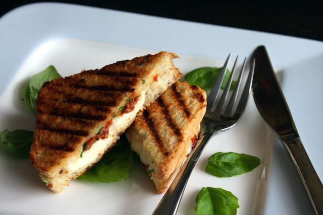 tost Tosty z mozzarellą, suszonymi pomidorami i bazylią