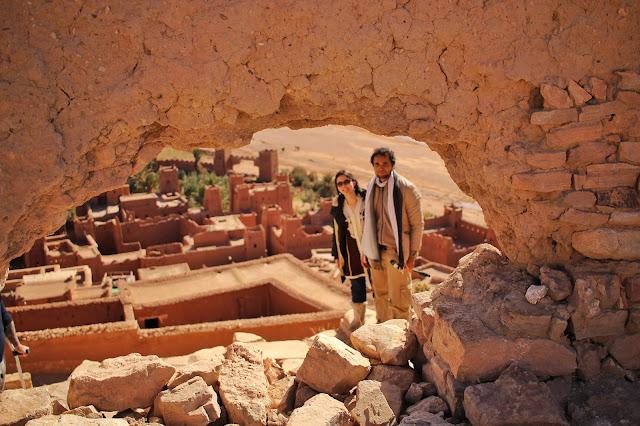Tradicional foto por meio de um buraco lá no topo de Aït-Ben Haddou.