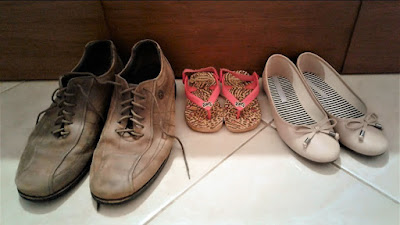 Os donos destes calçados formam uma pequena família.