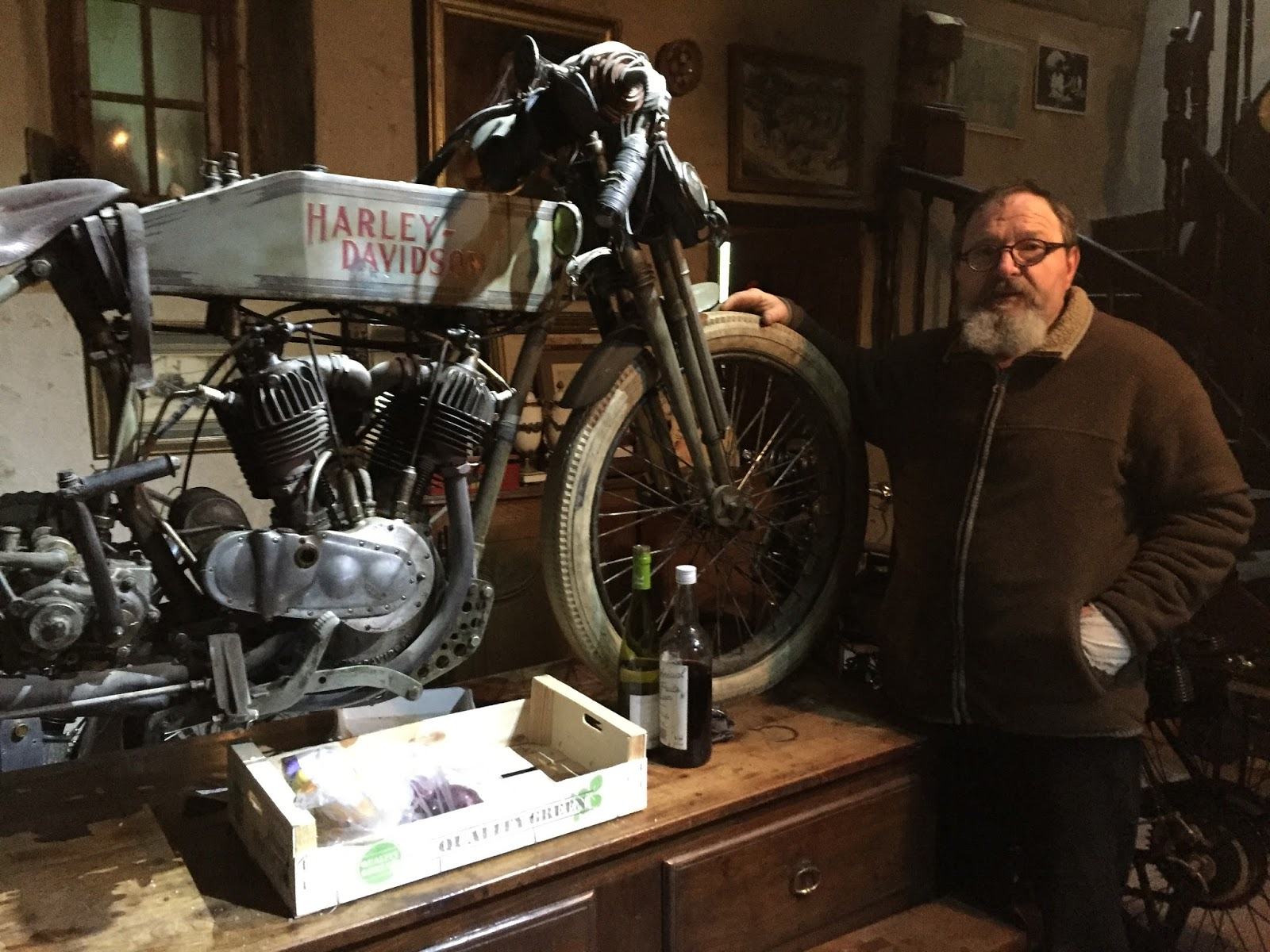 9ebd71e69b9 Jean-Luc Gaignard près de sa Harley-Davidson de course de 1914.