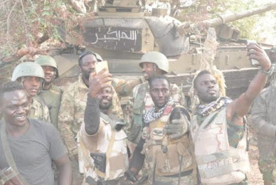 nigerian soldiers selfie boko haram battle tank