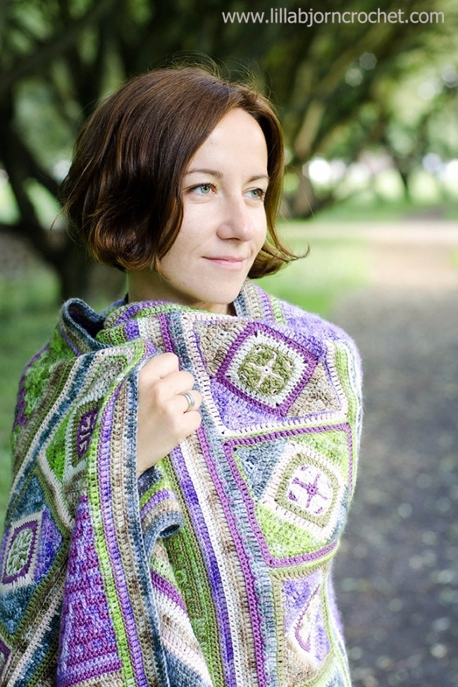 Spirits of life wrap - FREE crochet pattern and CAL (photo by Lilla Björn Crochet) | Happy in Red