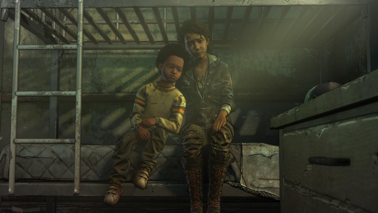 Clem és AJ ágyon ülnek összebújva