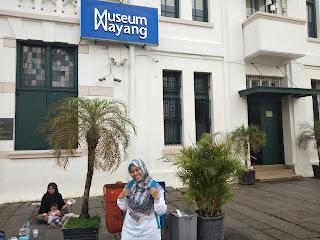 Foto dulu di depan Museum Wayan