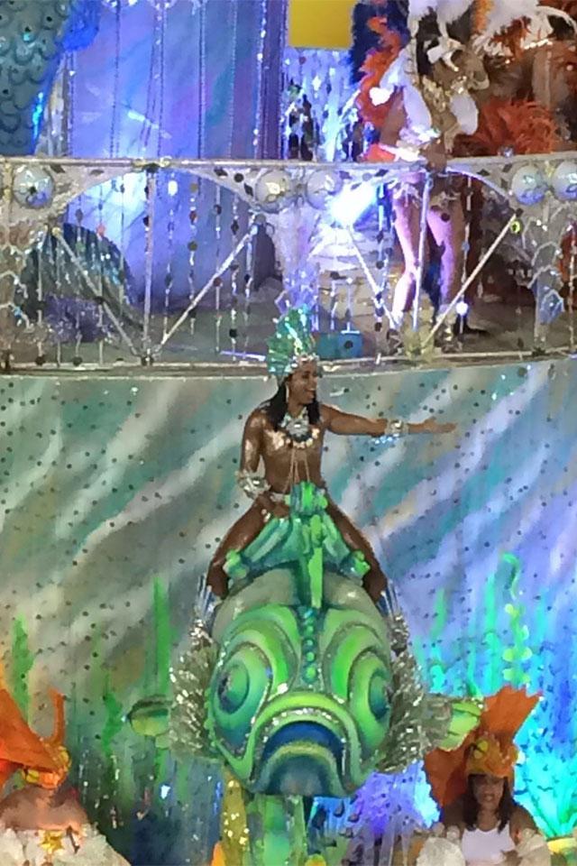 Fantasiada de sereia, Livia Duarte foi destaque do abre-alas da Cubango. Foto: Arquivo pessoal