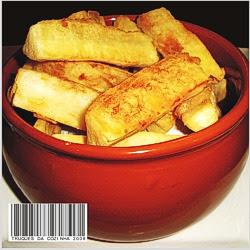 Mandioca frita crocante pronta servida no prato