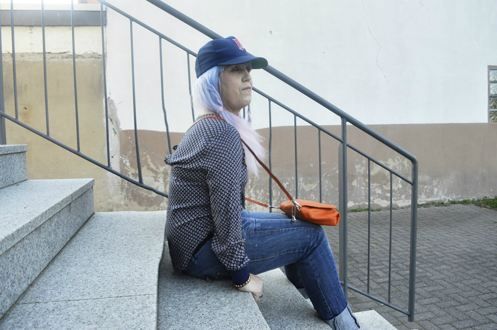 Streetstyle Outfit with Baseballcap, jeans and blouse shirt, white leather shoes and papaya colored crossbodybag by @picard_lederwaren_official