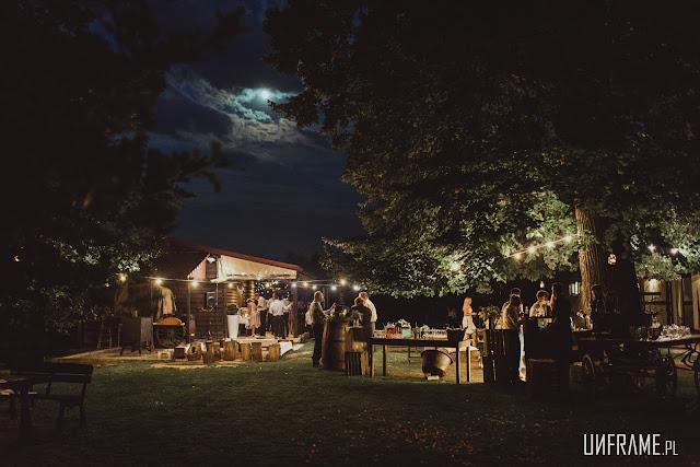 Zdjęcie nocne podczas wesela na świeżym powietrzu.