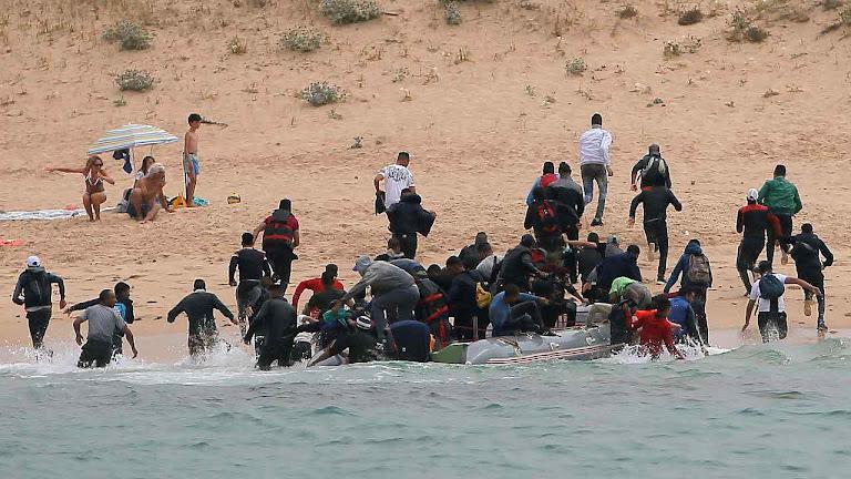 Desembarco de imigrantes ilegais numa praia de Tarifa, Espanha