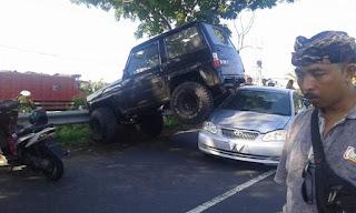 Haduh, Feroza monster ini nabrak bertumpuk diatas sedan Altis