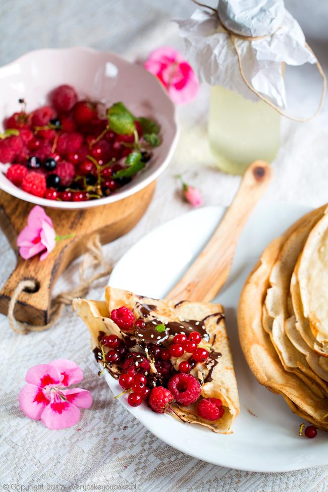 naleśniki sezamowe z dodatkiem tahini z owocami i czekoladą