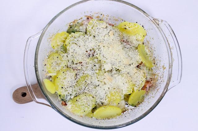 Zapiekanka ziemniaczana z łososiem i cukinią