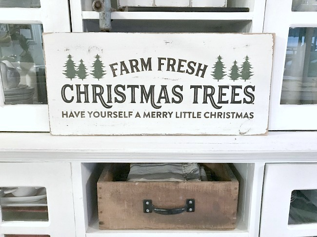 Rustic and reclaimed Christmas tree DIY sign
