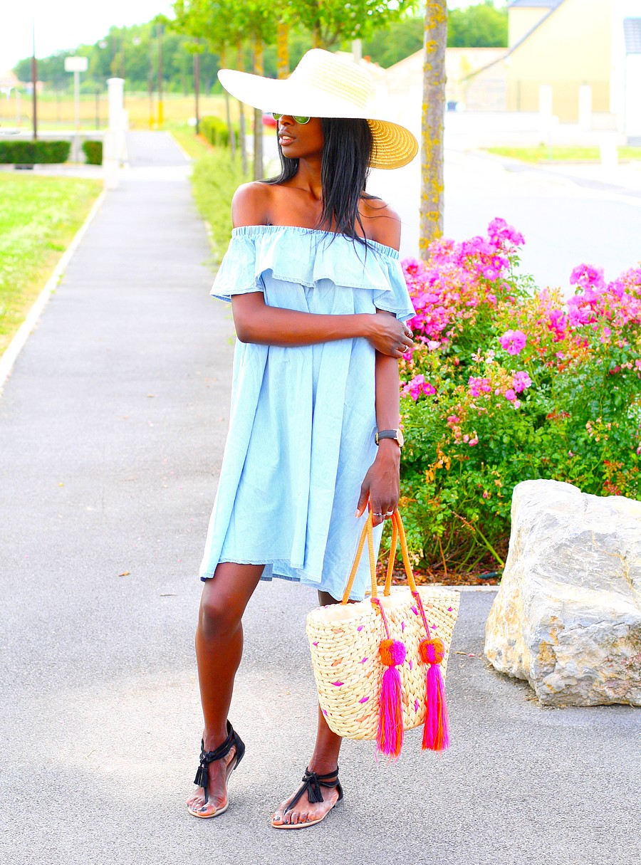 off-shoulder-denim-dress-wide-hat-robe-epaules-denudees-chapeau-de-paille-sandales-pompoms