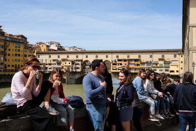 Turisti a Firenze. Sullo sfondo il Ponte Vecchio