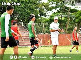 Néstor Clausen técnico de Oriente Petrolero habla con sus jugadores en medio de la práctica de fútbol - DaleOoo
