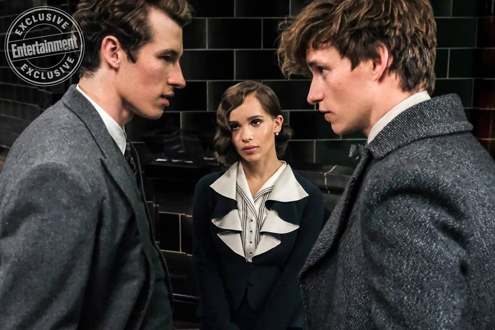Nova foto de Os Crimes de Grindelwald mostra Leta, Newt e Teseu no Ministério da Magia.