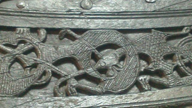Grabaciones esculpidas de forma elaborada en el barco Tune (Vikingskipshuset)