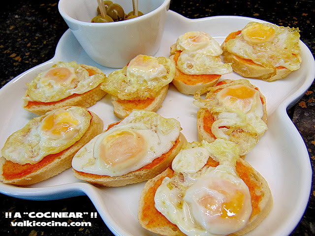 Montadito huevo de codorniz con tomate