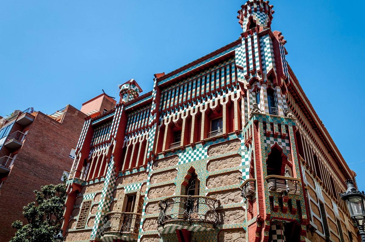 Barcelona on a budget travel guide krysti jaims - Casa vives gaudi ...