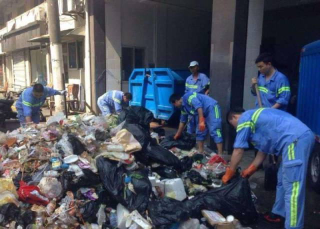 Shanghai Sanitation Workers Are The Best In The World (4 pics)