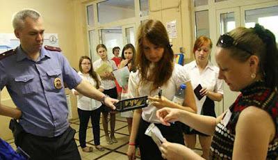 Pemeriksaan keamanan ujian siswa di Rusia saat ujian