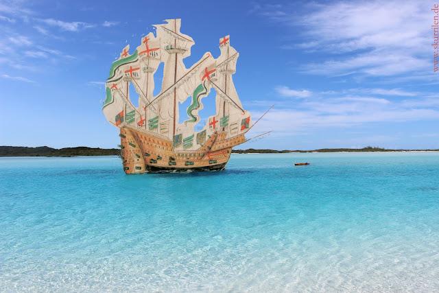 Das historische Piraten-Segelschiff und seine tapfere Mannschaft entdeckt neue exotische Ufer.