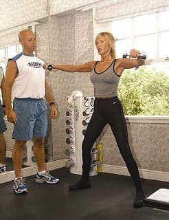 Ejercicio: mujer alzando mancuernas junto a su entrenador físico