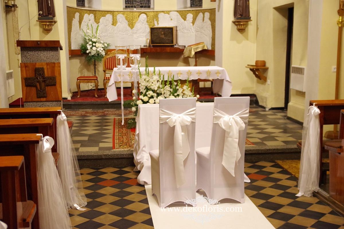 Białe kwiaty i biały dywan  dekoracja ślubna kościoła opolskie