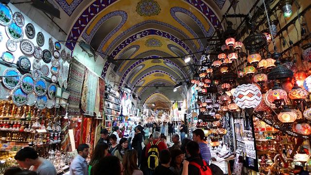 Compras no Grand Bazaar em Istambul na Turquia