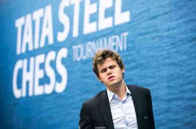 Le champion du monde d'échecs Magnus Carlsen après avoir raté un mat en 3 coups face à Giri - Photo © Maria Emelianova