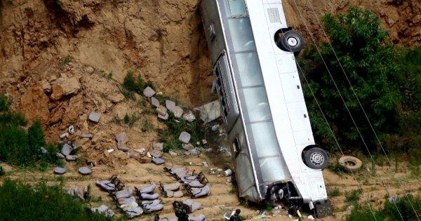 Βίντεο: Λεωφορείο κάνει βουτιά θανάτου σε γκρεμό μετά από καβγά του οδηγού με επιβάτη