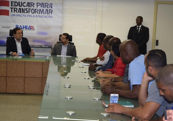 Durante reunião com representantes do Sindivigilantes, o secretário Walter Pinheiro falou sobre a necessidade de ajuste no quantitativo de prestadores do serviço (Foto: Ascom/SEC)