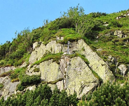 Krzyż nad Symbolicznym Cmentarzem Ofiar Gór.
