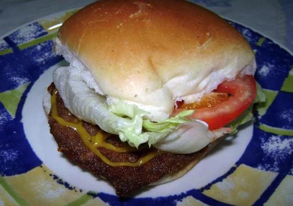 Sandwich De Milanesa Con Lechuga Y Tomate