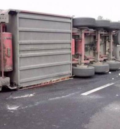 Ανατροπή φορτηγού στο επαρχιακό οδικό δίκτυο Ολυμπιάδας Στρατωνίου