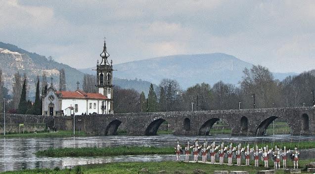 Ponte sobre o rio Lima, igreja e conjunto de escultura de soldados romanos