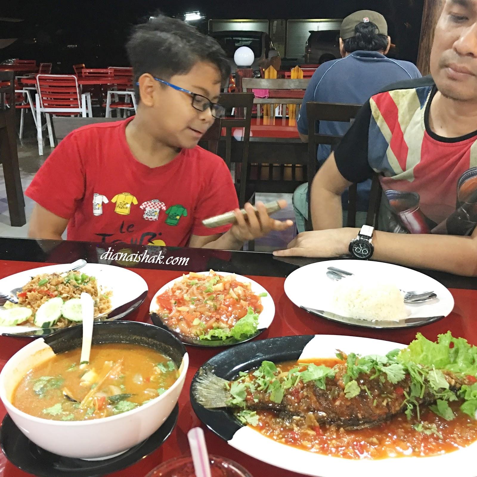 Malam Keluar Makan Lagi Sekarang Rumah Mak Mertua Aku Kat Tganu Tu Dah Ala Homestay Dapur Ada Tapi Tak Guna Balik Untuk Tengok Tv And Tido Je