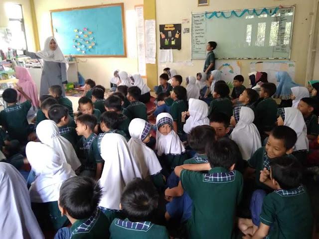 literacy goes to scholl menulis cerita fabel