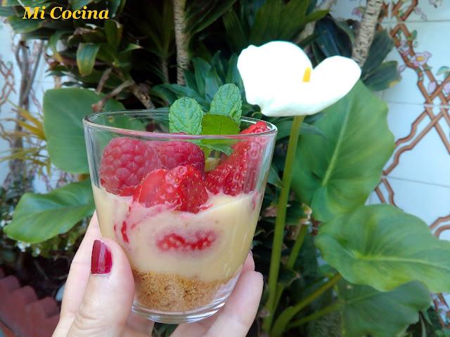 Vasito De Lemon Curd Sobre Tierra De Tortas De Algarrobos Con Frutos Rojos