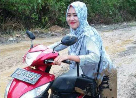 Foto Hevny Yanita Sarifudin, Guru Cantik Mandi Lumpur Saat Pergi Mengajar Jadi Viral di Facebook