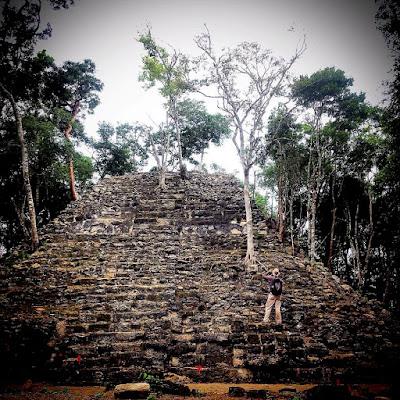 Y si la tierra decidiera mandar seis minutos más de temblor la Ciudad de México, con toda su pompa y arrogancia, tendría que ser abandonada como las ciudades mayas de la antiguedad.